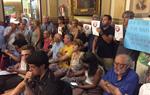 Protesta veïnal al ple de Vilanova contra la implantació de la zona verda a Ribes Roges