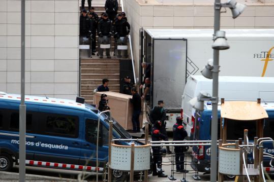Resultado de imagen de Les obres d'art surten del Museu de Lleida enmig d'un fort desplegament policial
