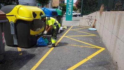 Calafell identifica sis veïns regirant la brossa que han llençat al carrer i els multa amb 750 euros. Ajuntament de Calafell