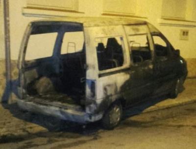 Cremen diversos vehicles i contenidors a la zona oest de Vilafranca del Penedès. EIX