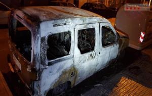 Detingut per incendiar nou vehicles i vuit contenidors aquesta matinada a Vilafranca del Penedès