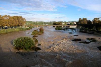 Gran pla general del riu Foix al tram final, a l'altura de Cubelles, ple d'aigua a causa del temporal del 14 d'octubre de 2018. ACN