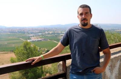 Imatge de Jaume Tres, amic íntim de Pau Pérez, observant Vilafranca del Penedès des de la Muntanya de Sant Pau el 6 d'agost de 2018. ACN