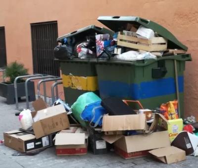 Imatge de la brossa acumulada als contenidors del carrer Sant Pau de Vilanova, en ple eix comercial. @1VilanovaNeta1