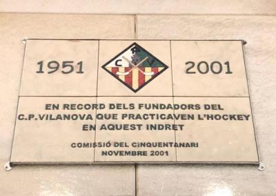 Imatge de la placa que recordava la fundació del CP Vilanova. Eix