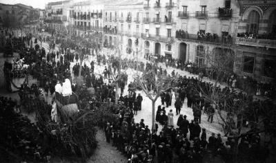 Imatge del carnaval de 1916 a la Rambla de Nostra Senyora on es pot observar la casa que adquiria el Casal amb el premi de la rifa. Arxiu Magdalena Cu