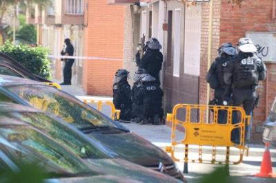 Imatge dels agents dels Mossos d'Esquadra al moment d'entrar al domicili del suposat terrorista abatut per la policia. ACN
