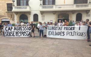 La plaça de la Vila s'ha omplert aquest vespre per rebutjar les agressions feixistes