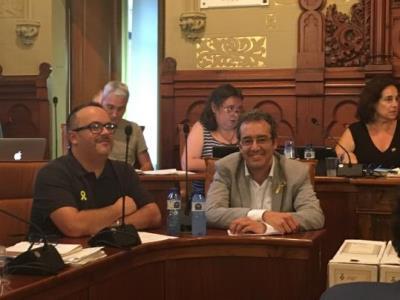 La sessió plenària comença amb la renúncia al càrrec de regidor de l'Ajuntament de Ricard Vicente i Marc Macià. Ajuntament de Sitges
