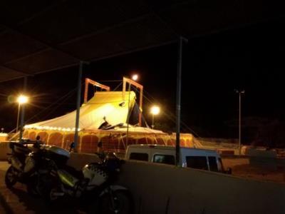 La ventada causa destrosses a la Carpa de Ribes i obliga a traslladar els actes al pavelló. Ajt Sant Pere de Ribes