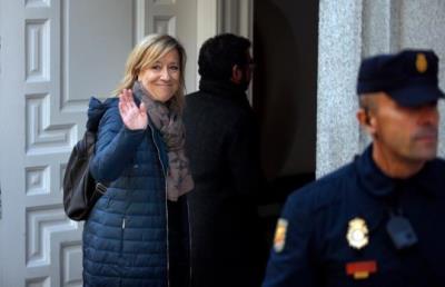 L'expresidenta de l'AMI Neus Lloveras saluda mentre entra a la seu del Tribunal Suprem per declarar el 20 de febrer del 2018. ACN