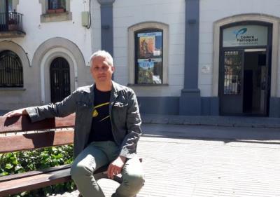 Marc Recha davant el Cinema de Ribes. Eix