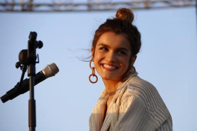 Pla de la cantant Amaia en el moment en què s'ha dirigit al públic en el seu concert al Primavera Sound. ACN