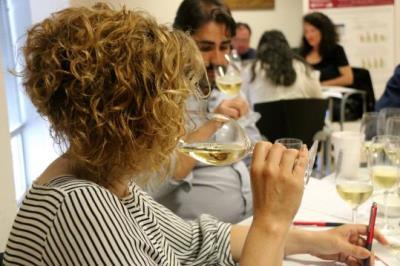 Pla detall d'una dona tastant un vi durant una jornada de puntuació dels premis Vinari 2018. ACN