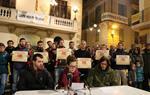 Pla general de la lectura del manifest de la Coordinadora Antirepressiva del Penedès contra el judici a tres joves de Vilafranca acusats de lesions