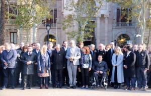 Pla general dels membres del Govern i dels diputats que han acompanyat l'alcaldessa Neus Lloveras i el conseller Miquel Buch fins a les portes del TSJ