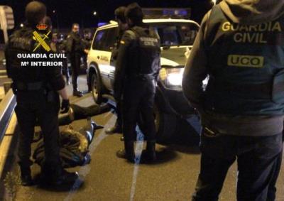 Pla obert d'agents de la Guàrdia Civil amb dos segrestadors detinguts a terra, després que els interceptessin a l'AP-7 dins l'Operació 'Bahiketa'. Guà