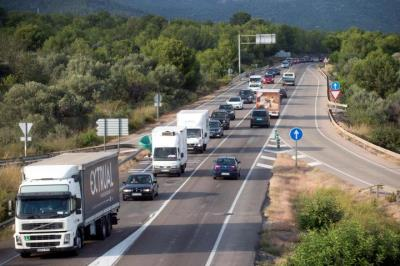 Pla picat dels camions fent la marxa lenta a l'N-340 a Sant Carles de la Ràpita. ACN