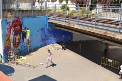 Sitges embelleix els ponts sota les vies del tren amb pintures murals. Ajuntament de Sitges