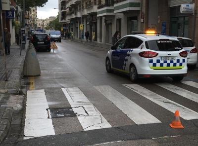 Tallen el carrer Pelegrí Ballester de Vilanova per una anomalia a l'asfalt. Policia local de Vilanova
