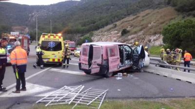 Tres persones ferides de poca gravetat en un xoc entre dues furgonetes a la C-32 a Sitges. Trànsit