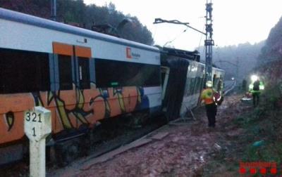 Un mort i sis ferits lleus en el descarrilament d'un tren de Rodalies per una esllavissada. ACN