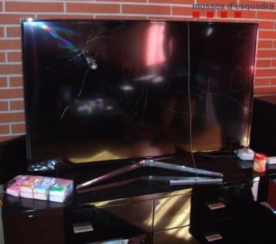 Un televisor malmès durant un dels robatoris que van cometre els joves detinguts. Pla curt. Mossos d'Esquadra