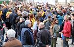 Unes 300 persones encerclen els jutjats de Vilanova i la Geltrú per exigir l'alliberament dels polítics