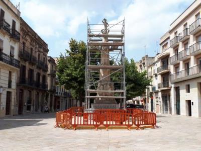 Vilafranca fa neteja i restauració del monument als Castellers. Ajuntament de Vilafranca