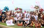 Carrosses, comparses i milers de persones omplen el passeig Marítim de Sitges en la desfilada de l'Orgull Gai
