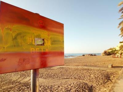Fan destrosses i pintades a la platja de la República de Vilanova. EIX