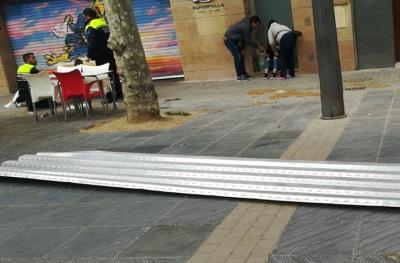 Operada d'urgència la vianant ferida a Vilanova pel cop d'una placa de ferro a causa del vent