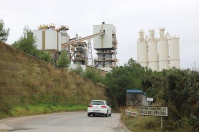 Imatge de la fàbrica Cales de Pacs que és on es vol ubicar la planta asfàltica al municipi de Pacs del Penedès, que ha generat el rebuig dels veïns  .