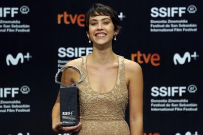 La catalana Greta Fernández rebent 'ex aequo' la Concha de Plata a la millor actriu al Festival de Cinema de Sant Sebastià. Reuters