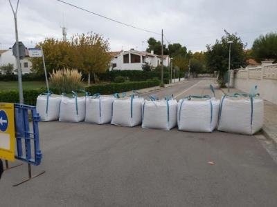 L'Ajuntament de Calafell ha posat sacs de terra als carrers Pescador, de la Barca i Molí del Blanquet, per contenir la possible l'entrada d'aigua. Aju