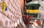 Les queixes per la brutícia als contenidors d'escombraries són un constant a Vilanova i la Geltrú