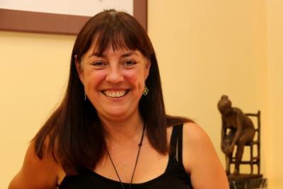 Pla curt de l'alcaldessa de Vilanova i la Geltrú, Olga Arnau, mirant a càmera somrient. ACN