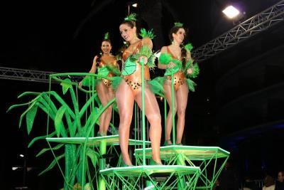 Pla general de diverses participants de la rua de l'Extermini de Sitges ballant dalt d'una carrossa de fantasia. ACN