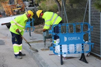 Pla general de dos operaris de la companyia d'aigua de Calafell treballant en el tall de subministrament en un dels habitatges ocupats il·legalment al