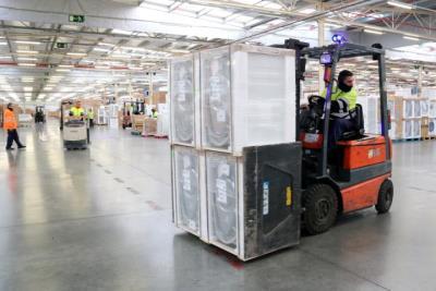 Pla general d'un operari treballant al centre logístic del Corte Inglés a la Bisbal del Penedès, adherit al projecte 'Integra'ls'. ACN