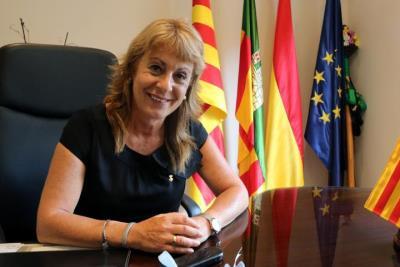 Pla mitjà de l'alcaldessa de Cubelles, Rosa Fonoll, asseguda al seu despatx, mirant a càmera després d'una entrevista amb l'ACN. ACN