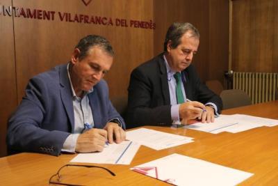 Pla obert de l'alcalde de Vilafranca, Pere Regull, i el director de Responsabilitat Social Corporativa de la Sareb, Gaspar González Palenzuela. ACN