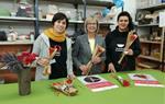 Roses de ceràmica solidàries destinades a recaptar diners per al projecte Fem pinya! de beques de menjador escolar