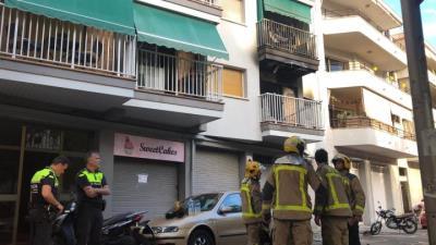 Un incendi calcina totalment un habitatge a la plaça Catalunya de Vilanova. EIX