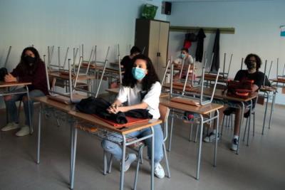 Alumnes de 4t d'ESO de l'INS Josep Lladonosa de Lleida, en el retorn a classe, el 8 de juny del 2020. ACN