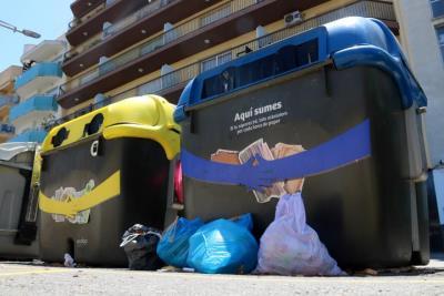 Calafell recull en un sol cap de setmana dotze tones de brossa fora dels contenidors. ACN