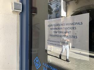 Cartell informatiu a la porta de les dependències municipals