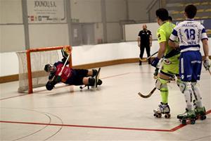 David Arellano aturant una bola sota la mirada de diversos jugadors