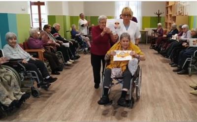 Les residències acosten les xarxes socials a la gent gran en temps de confinament . Casa d'Empara de Vilanova