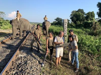 L'investigador del Laboratori d'Aplicacions Bioacústiques (LAB) de la UPC, Michel André, provant el detector acústic per evitar xocs amb elefants. Apa